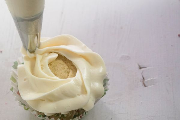 how to frost Christmas holly cupcakes